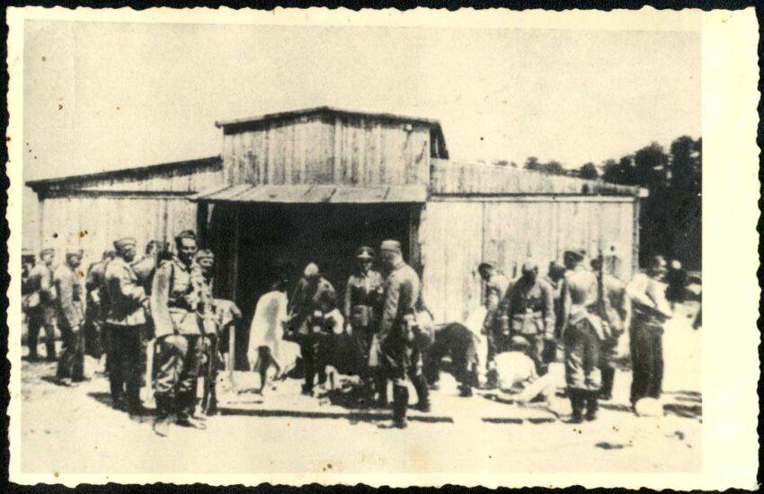Massenmörder bei der Arbeit: Das Hamburger Reservepolizeibataillon 101 durchsucht Jüdinnen nach Wertsachen, Miedzyrzec, Polen, im Mai 1943.