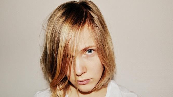 """Marieke Lucas Rijneveld (Selbstporträt 2015) verstand """"die Leute, die sich beleidigt fühlen"""" und nahm von der Übersetzung Gormans Abstand."""